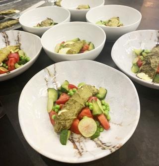 Готовим в шоу-руме :: теплый салат, говяжья вырезка и десерт...